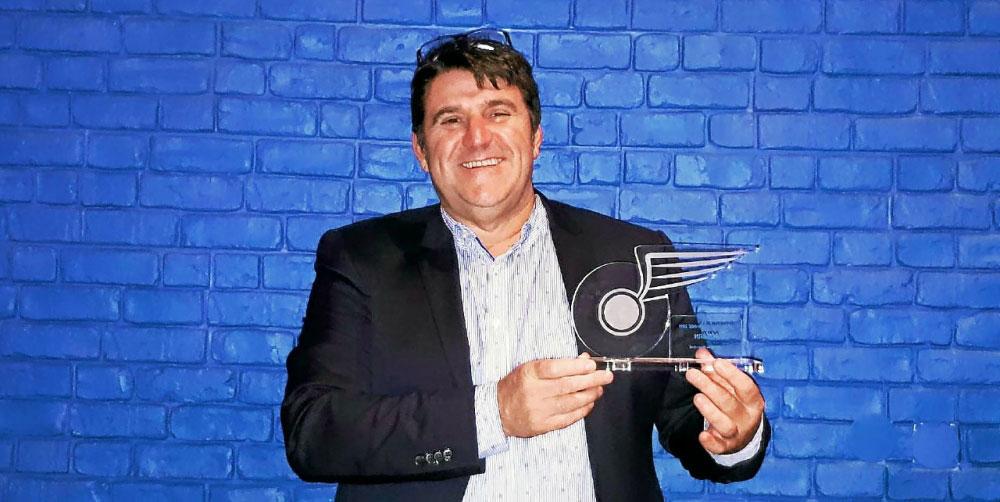Alain Roué, président du réseau Océlorn avec le trophée du meilleur opérateur de transport de l'année