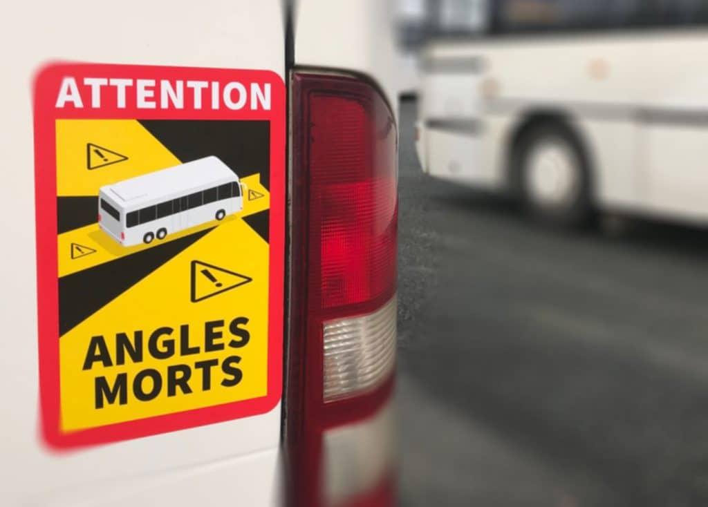 Depuis le 1 er janvier 2021, la signalisation des angles morts sur les autocars est obligatoire. Tous nos véhicules sont équipés par ces nouveaux autocollants rouge, noir et jaune.